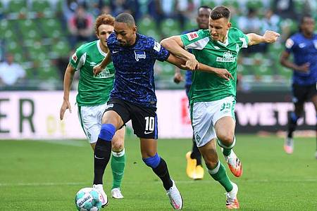 Josh Sargent (l) und Maximilian Eggestein (r) von Werder Bremen versuchen Herthas Matheus Cunha zu stoppen. Foto: Carmen Jaspersen/dpa