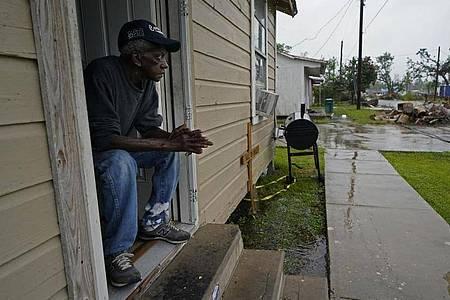 Earnst Jack wartet in seinemHaus auf die Ankunft des Hurrikans «Delta». Foto: Gerald Herbert/AP/dpa