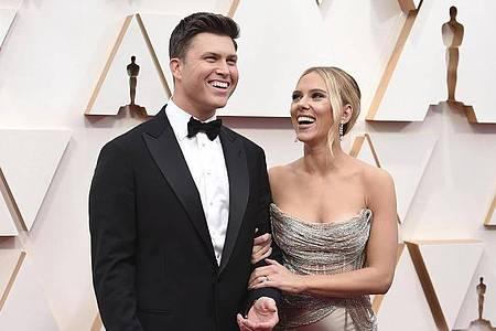 Colin Jost (l) und Scarlett Johansson bei der Oscar-Verleihung 2020. Foto: Jordan Strauss/Invision/AP/dpa