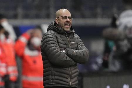 Trainer Peter Bosz und Bayer Leverkusen sind mit einer Niederlage ins neue Jahr gestartet. Foto: Michael Probst/AP-Pool/dpa