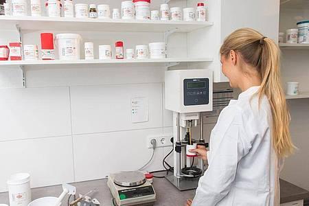 Naturwissenschaftliches Interesse ist gefragt: PTA stellen auch individuelle Arzneimittel für die Kundinnen und Kunden her. Foto: Benjamin Nolte/dpa-tmn