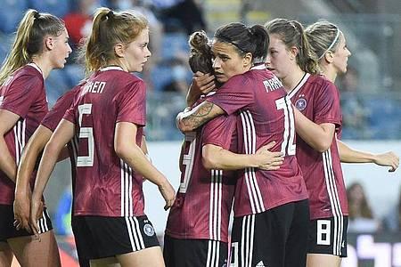 Svenja Huth (3.v.l) sorgte mit ihrem Tor für den knappen DFB-Sieg in Israel. Foto: Berney Ardov/dpa