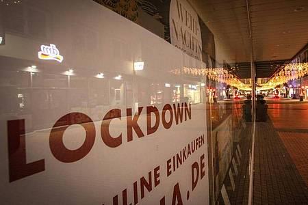 Menschenleer ist die Einkaufsstraße «Seltersweg» in Gießen. Mit Inkrafttreten der verschärften Corona-Regeln gelten im Landkreis Gießen aufgrund der hier festgestellten hohen Inzidenzwerte Ausgangsbeschränkungen. Foto: Nadine Weigel/dpa