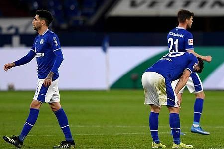 Nähern sich mit Schalke immer mehr der 2. Liga:Omar Mascarell (l-r), Sead Kolasniac und Klaas Jan Huntelaar. Foto: Guido Kirchner/dpa-Pool/dpa