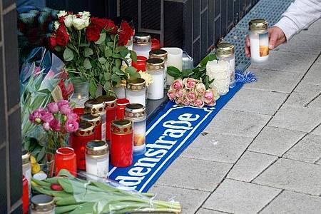 Blumen und Kerzen vor dem Haus in Köln-Mülheim, in dem Willi Herren wohnte. Foto: Henning Kaiser/dpa