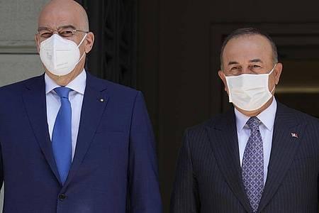 Nikos Dendias (l) und Mevlüt Cavusoglu stellen sich nach ihrem Treffen den Fragen der Journalisten. Foto: Thanassis Stavrakis/AP/dpa