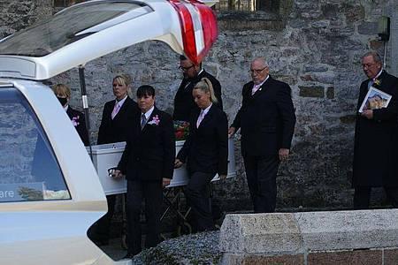 Der Trauerzug verlässt die St. Andrews Kirche nach der Beerdigung von zwei der sechs Opfer nach der Bluttat am 12. August. Foto: Ben Birchall/PA Wire/dpa