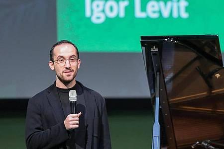 Der Pianist Igor Levit spricht auf der Bühne. Foto: Jan Woitas/zb/dpa