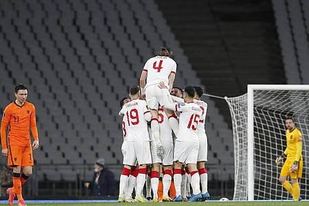 Die türkischen Spieler feiern den Treffer von Hakan Calhanoglu (M/verdeckt) zum 3:0 gegen die Niederlande. Foto: Murad Sezer/Pool Reuters/AP/dpa