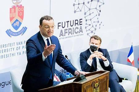 Bundesgesundheitsminister Jens Spahn und der französische Staatspräsident Emmanuel Macron (r) nehmen am Auftakttreffen der «Initiative for the Future of Vaccines in Africa» an der Universität von Pretoria teil. Foto: Christoph Soeder/dpa