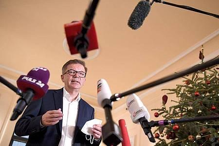 Österreichs Gesundheitsminister Rudolf Anschober informiert nach einem Treffen mit Vertretern der Parlamentsfraktionen die Medien: Das Land verlängert seinen Lockdown. Foto: Roland Schlager/APA/dpa