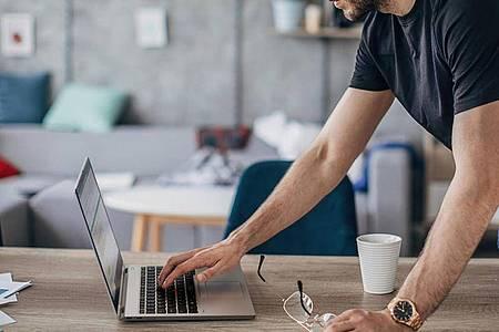 Neue Notebooks wie Lenovos Thinkpad X1 Titanium sollen Nutzer und Nutzerinnen besser in hybriden Arbeitsumgebungen unterstützen. Foto: Lenovo/dpa-tmn