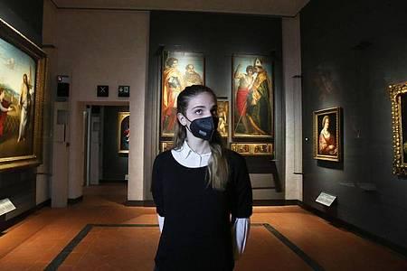 Besucherin mit Mund-Nasen-Bedeckung in den Sälen der Uffizien. Foto: Luca Moggi/LaPresse via ZUMA Press/dpa