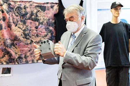 NRW-Innenminister Herbert Reul testet die neue Infrarotkamera KTvisio der Polizei. Foto: Marcel Kusch/dpa