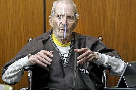 Da hat der 78-jährige New Yorker Immobilienmagnat Robert Durst noch Fragen des Verteidigers beantwortet. Jetzt wurde er des Mordes an einer Freundin für schuldig befunden. Foto: Gary Coronado/Pool Los Angeles Times via AP/dpa