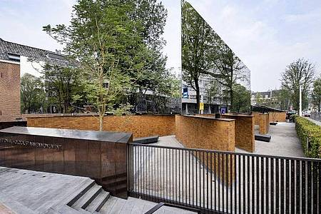 Das National Holocaust Memorial of Names an der Weesperstraat vom US-Architekten Daniel Libeskind. Foto: Ramon Van Flymen/ANP/dpa