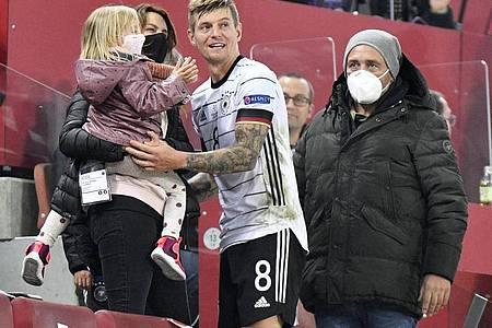 Durfte sich nach dem 3:3 gegen die Schweiz für sein 100. A-Länderspiel feiern lassen: Toni Kroos. Foto: Martin Meissner/AP/dpa