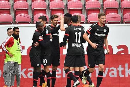 Die Leverkusener Mannschaft jubelt nach dem Treffer zum 1:0. Foto: Torsten Silz/dpa