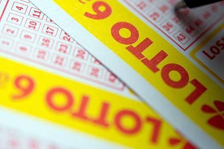 Ein Millionengewinn im Lotto wurde nicht abgeholt - jetzt fließt das Geld in einen Topf für Sonderauslosungen. Foto: Inga Kjer/dpa