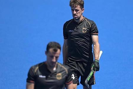 Die deutschen Hockey-Herren um Timur Oruz (l) und Benedikt Furk verloren gegen Südafrika. Foto: Sebastian Gollnow/dpa