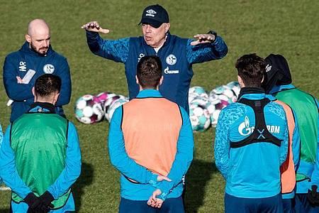 Christian Gross (M) bei seinem Amtsantritt als Schalke-Coach. Foto: Fabian Strauch/dpa