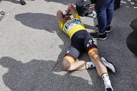 Völlig entkräftet:Nach seinem Triumph Schachmann in Valdeblore La Colmiane. Foto: Yuzuru Sunada/BELGA/dpa