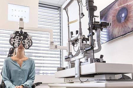 Anspruchsvolles Handwerk: Zur Ermittlung der Korrektionswerte brauchen angehende Augenoptiker ein gutes mathematisches Verständnis. Foto: Heike Skamper/ZVA/dpa-tmn
