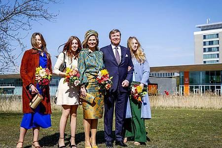 König Willem-Alexander (2.v.r) und Königin Maxima (m) mit ihren Töchtern Prinzessin Ariane (l), Prinzessin Alexia (2.v.l) und Prinzessin Amalia (r) in Eindhoven. Foto: Koen Van Weel/ANP/dpa