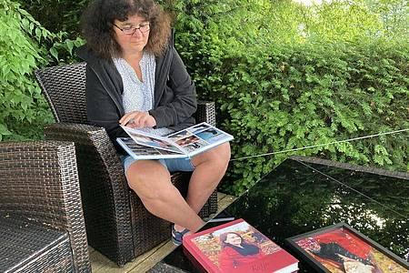 Petra Lieser sitzt mit Fotobüchern über ihre Tochter in ihrem Garten. Die Tochter Katja Lieser war am 1. Dezember 2020 bei einer Amokfahrt in Trier getötet worden (zu dpa ««Der Schmerz hört nicht auf»: Das Leben nach der Amokfahrt von Trier»). Foto: Birgit Reichert/dpa