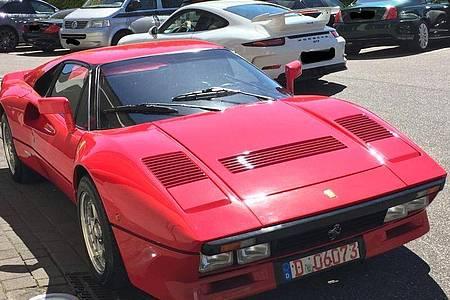 Dieses von der Polizei Düsseldorf zur Verfügung gestellte Foto zeigt einen Ferrari. Ein unbekannter Täter nutzte die Gelegenheit einer Probefahrt und entwendete am 13.Mai in Neuss Uedesheim einen seltenen und hochwertigen Ferrari GTO. Foto: ---/Polizei Düsseldorf/dpa