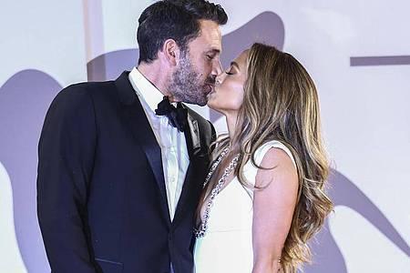 Für die Fotografen: Jennifer Lopez und Ben Affleck küssen sich bei der Ankunft zur Premiere des Films «The Last Duel» beim Filmfestival von Venedig. Foto: Joel C Ryan/Invision/AP/dpa