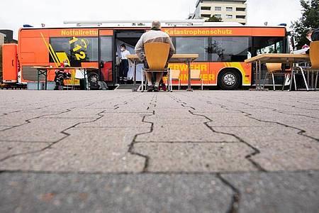 Ein mobiler Impfbus für Impfungen gegen das Coronavirus steht auf einem Supermarktparkplatz in der Region Hannover. Foto: Julian Stratenschulte/dpa