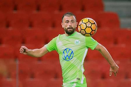 Traf zum 4:0-Endstand in Albanien:Wolfsburgs Admir Mehmedi in Aktion. Foto: Hektor Pustina/AP/dpa