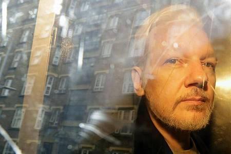 Julian Assange, Gründer von Wikileaks, sitzt nach einr Gerichtsverhandlung in einem Fahrzeug. Am 04.01.2021 verkündet das Gericht das Urteil im US-Auslieferungsantrag gegen Assange. Foto: Matt Dunham/AP/dpa