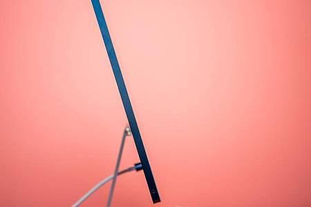Der neue iMac ist 11,5 Millimeter dick. Gar nicht mal so viel für einen Bildschirm, in dem auch noch ein Computer steckt. Foto: Zacharie Scheurer/dpa-tmn