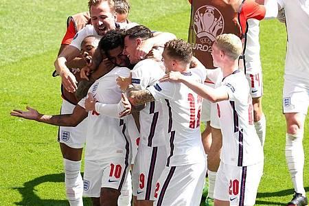 Die englischen Spieler bejubeln die Führung. Foto: Martin Rickett/PA Wire/dpa