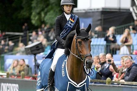 Die US-Amerikanerin Eve Jobs reitet auf Pferd Venue d`Fees Des Hazalles. Foto: Michael Schwartz/dpa