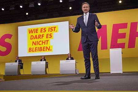 Christian Lindner, Parteivorsitzender der FDP, spricht beim Außerordentlichen Bundesparteitag der FDP. Foto: Jörg Carstensen/dpa