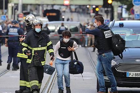Französische Gerichtsmediziner treffen am Ort eines Messerangriffs in Nizza ein. Foto: Valery Hache/AFP/dpa
