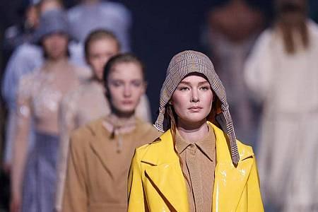 Entwürfe des Designers Danny Reinke bei der Mercedes-Benz Fashion Week. Foto: Gerald Matzka/dpa-Zentralbild/ZB