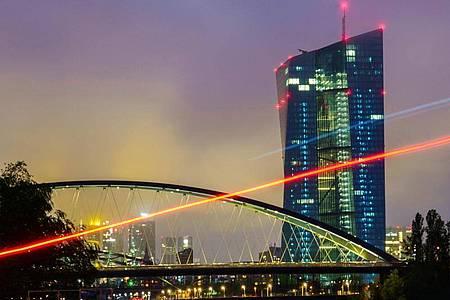 Die Geldpolitik der Europäischen Zentralbank (EZB) ist umstritten. Foto: Andreas Arnold/dpa