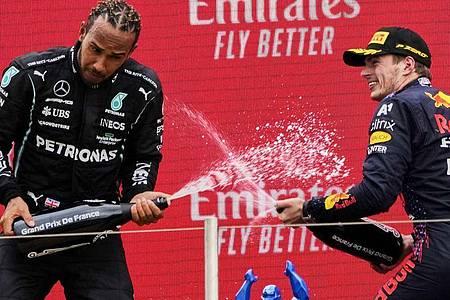 Lewis Hamilton (l) und Max Verstappen liefern sich einen Zweikampf an der Spitze der WM-Wertung. Foto: Francois Mori/AP/dpa