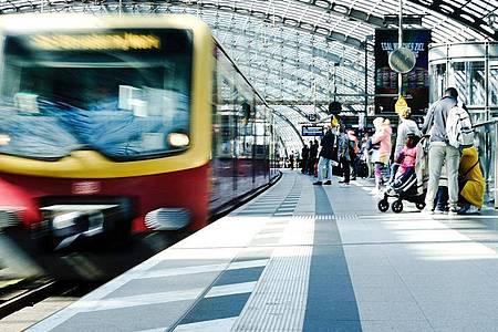 Fahrgäste warten im Berliner Hauptbahnhof auf die S-Bahn. Der dritte Streik im laufenden Tarifkonflikt bei der Deutschen Bahn ist wie geplant zu Ende gegangen. Foto: Carsten Koall/dpa
