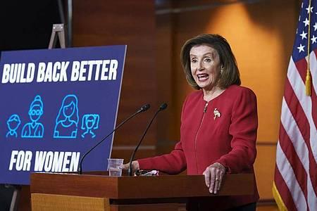 Nancy Pelosi, Vorsitzende des US-Abgeordnetenhauses, spricht bei einer Pressekonferenz im Kapitol über die innenpolitische Agenda von US-Präsident Biden. Foto: J. Scott Applewhite/AP/dpa