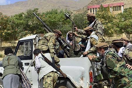Milizionäre der Miliz von Massoud, Sohn von Shah Massoud, schieben ein Fahrzeug während einer Trainingsübung in der Provinz Pandschir. Foto: Jalaluddin Sekandar/AP/dpa