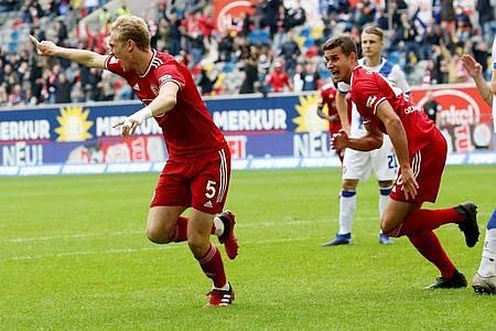 Jubelt nach seinem Tor zum 2:1: Christoph Klarer (l). Foto: Roland Weihrauch/dpa