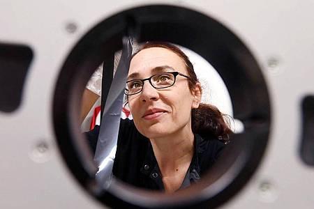 Dorcas Müller, Leiterin des Labors für antiquierte Videosysteme beim Zentrum für Kunst und Medien (ZKM). Foto: Uli Deck/dpa