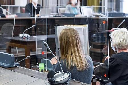 Die 36-jährige Angeklagte sitzt in einem Saal des Landgerichts Hamburg neben ihrer Verteidigerin. Foto: Markus Scholz/dpa