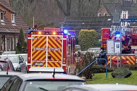 Einsatzkräfte von Polizei und Feuerwehr stehen neben einem Haus inEckernförde, in dem sich ein junger Mann beim Herstellen von Böllern schwer verletzt hat. Foto: Axel Heimken/dpa