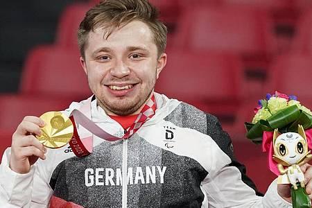 Tischtennis-Ass Valentin Baus freut sich über seine Goldmedaille. Foto: Marcus Brandt/dpa